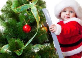 Ребенок у новогодней елки